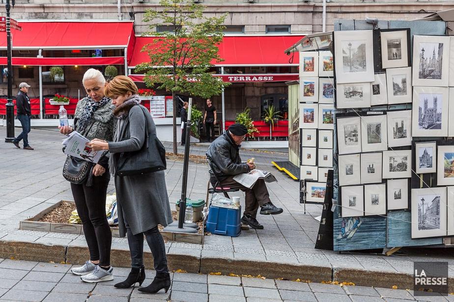 Des touristes cherchent leur chemin sur la place... (PHOTO ULYSSE LEMERISE, COLLABORATION SPECIALE, ARCHIVES LA PRESSE)