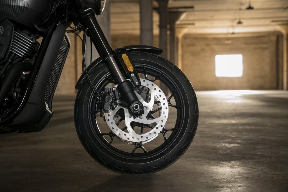 En aluminium, les roues sont passées de 15 à 17 pouces. La Street Rod est équipée d'étriers doubles à deux pistons et de freins à disque avant de 300 mm en plus d'un système ABS. Le freinage est censé être plus mordant. Le système de Sécurité Smart de Harley-Davidson est offert de série. ()