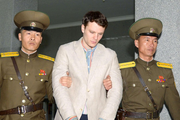 Otto Warmbier est escorté en cour, à Pyongyang, le 16... (PHOTO REUTERS)