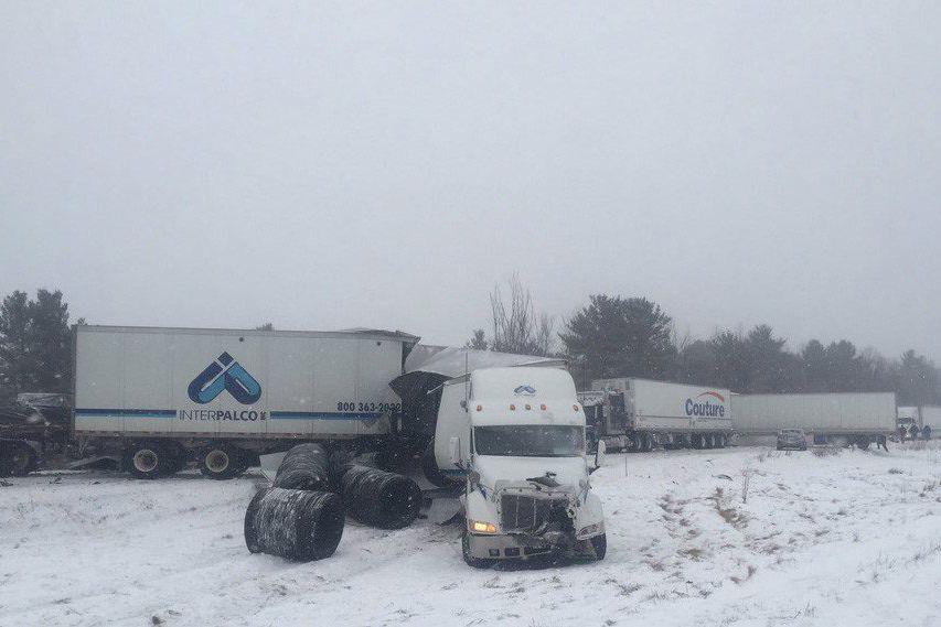 L'autoroute 401 est fermée dans les deux directions... (PHOTO LA PRESSE CANADIENNE/TWITTER)