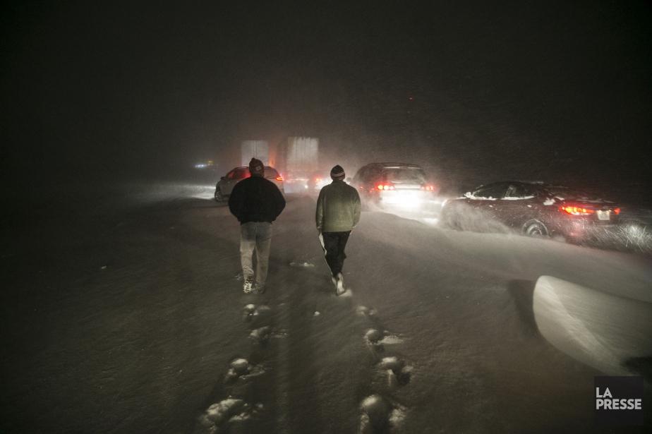 Des centaines d'automobilistes sont coincés, comme nous, dans... (PHOTO MARTIN TREMBLAY, LA PRESSE)