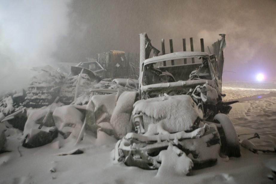 Un carambolage sur l'autoroute 20 direction ouest a causé la fermeture de l'autoroute dans les deux directions, mardi soir. (DAVID BOILY, LA PRESSE)