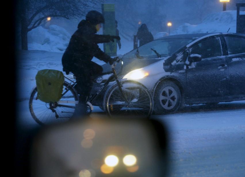 Un cycliste s'est aventuré dans la tempête. | 14 mars 2017