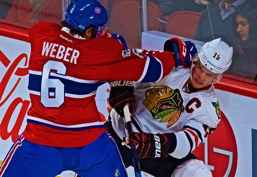 Shea Weber met en échec Jonathan Toews. (Photo André Pichette, La Presse)