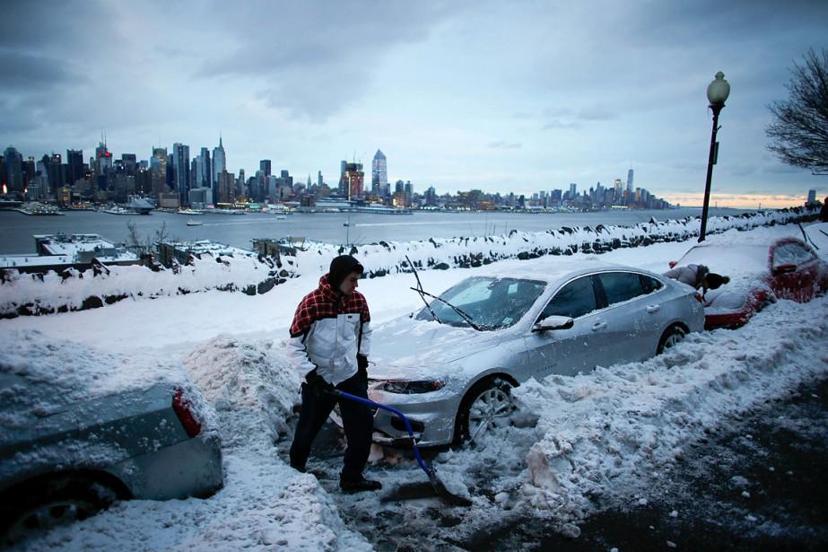 Le nord-est des États-Unis était sous la neige et la grêle mardi,... (REUTERS)