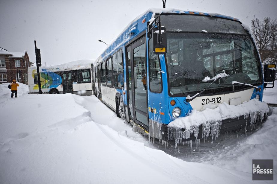 Un autobus de la STM enlisé dans la... (PHOTO PATRICK SANFAÇON, LA PRESSE)