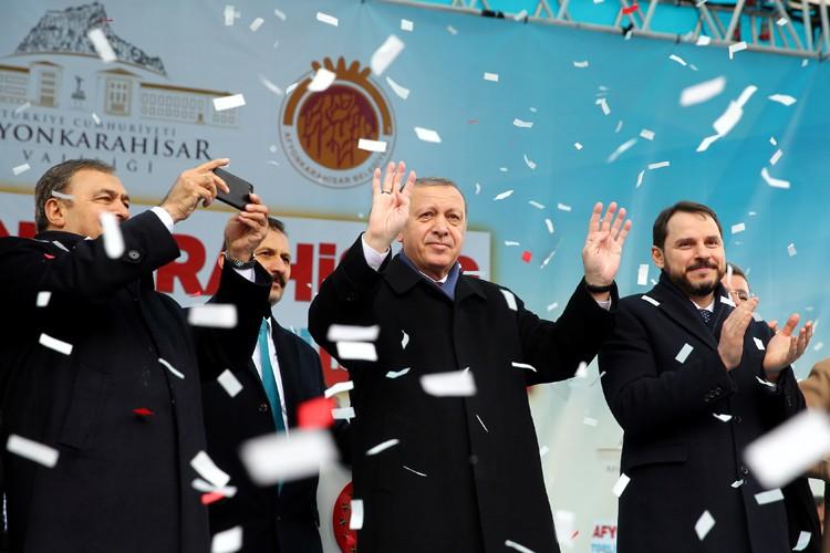 Recep Tayyip Erdogan (au centre) est acclamé par... (PHOTO REUTERS)