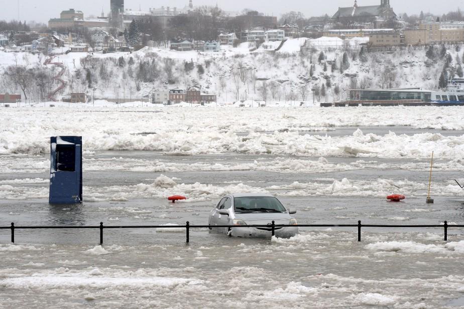 Une voiture inondée dans le stationnement Dalhousie... | 2017-03-15 00:00:00.000