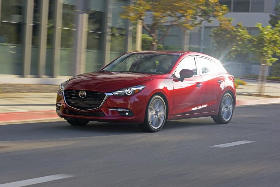 Bien que la Mazda 3 figure toujours parmi le quatuor des compactes les plus recherchées au pays, ses ventes aient fléchi de 20,5% en 2016. C'est beaucoup et Mazda a rajeuni le modèle en ajoutant de la technologie. (Photos : Mazda)