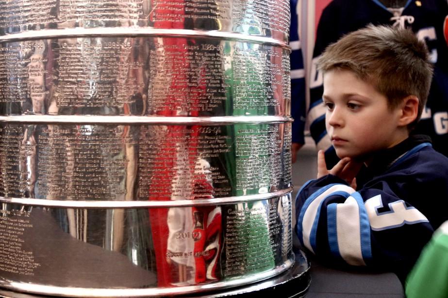 Zachary Hurens lit les noms sur la Coupe Stanley. | 16 mars 2017