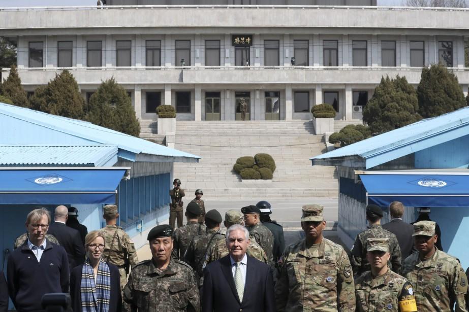 Sous le regard des soldats nord-coréens, Rex Tillerson... (REUTERS)