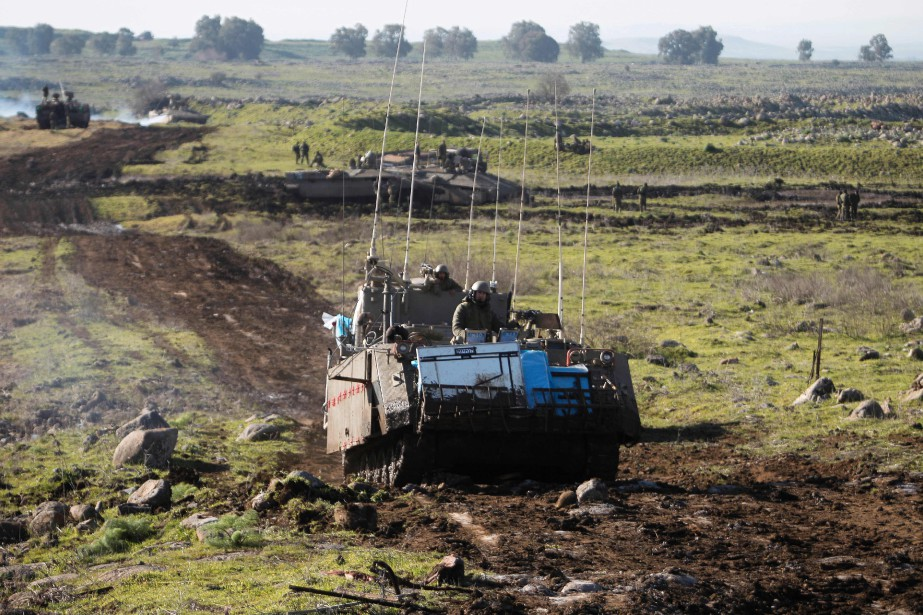 Des soldats israéliens s'entraînent près de la frontière... (AFP)