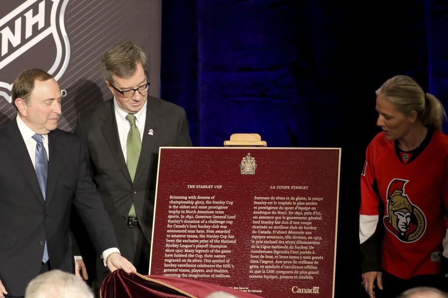 Dévoilement d'une plaque proclammant la coupe Stanley devient un symbole national. | 17 mars 2017
