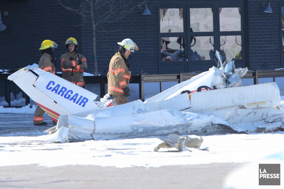 Un des appareils s'est écrasé dans le stationnement du centre commercial et l'autre sur le toit d'un magasin. (PHOTO PATRICK SANFAÇON, LA PRESSE)