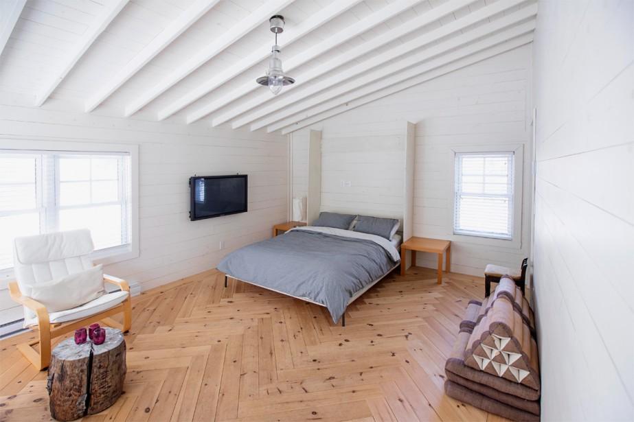 Une grande chambre d'invités aux tons de bois et blanc. (Photo Alain Roberge, La Presse)