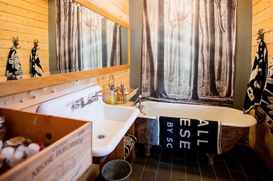 L'affiche posée au-dessus du bain est de WYNIL (Wall You Need Is Love), entreprise qui appartient au frère de Lysanne, Patrick Pepin. (Photo Alain Roberge, La Presse)