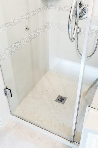 Béton Multi Surfaces propose trois formats de bases de douche 36'' X 36'', 36'' X 48'' et 36'' X 60'', dans un choix de 10 couleurs, auxquels il est possible d'ajouter des agrégats (pierre, verre, miroir et plastique recyclés, etc.). | 17 mars 2017