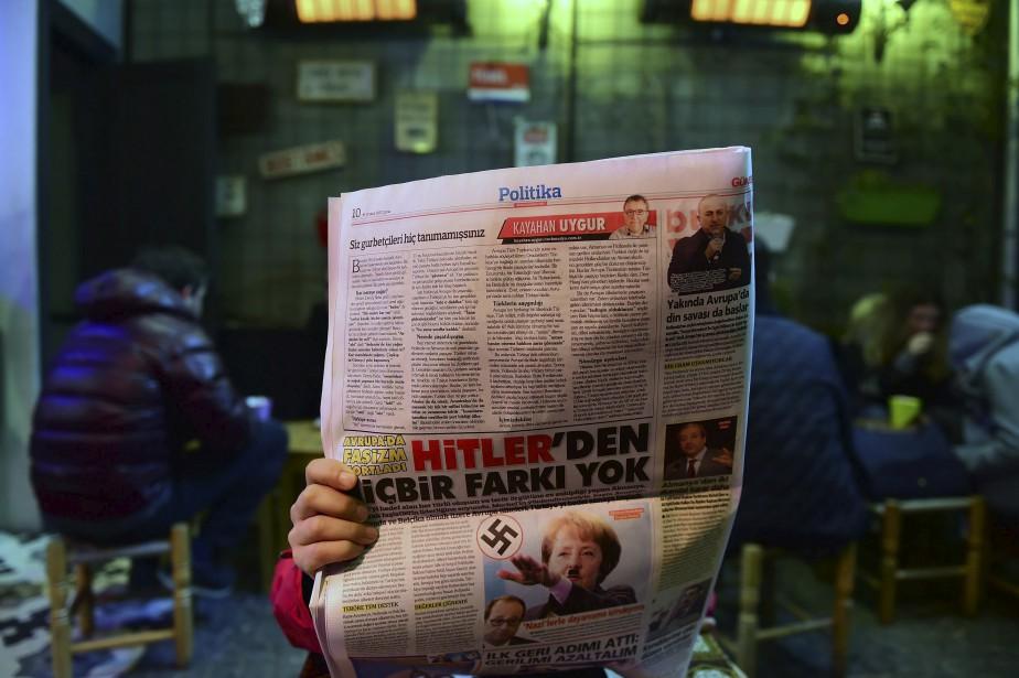 Un homme consulte un journal qui dépeint la chancelière allemande, Angela Merkel, comme une nazie, à Istanbul. Ce journal (le Gunes) est loyal au président turc, Tayyip Erdogan, et ne fait pas dans la dentelle pour défendre le gouvernement dans son bras de fer avec l'Europe, dans le contexte d'un référendum à venir pour augmenter les pouvoirs du président.  | 17 mars 2017