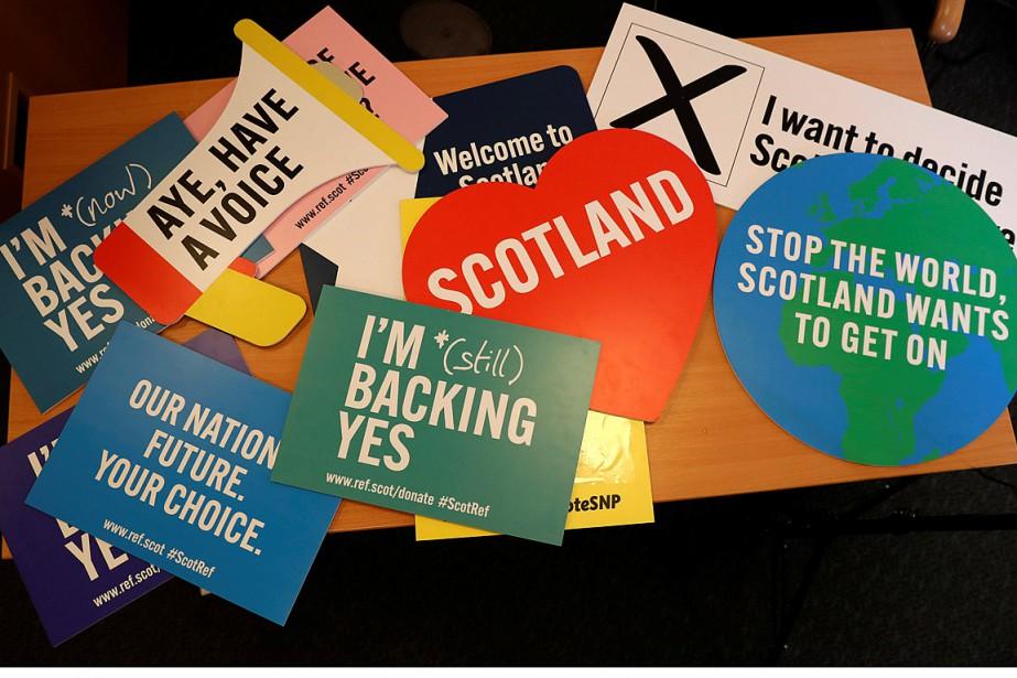 Des affiches ont été déposées sur une table... (Photo Russell Cheyne, REUTERS)