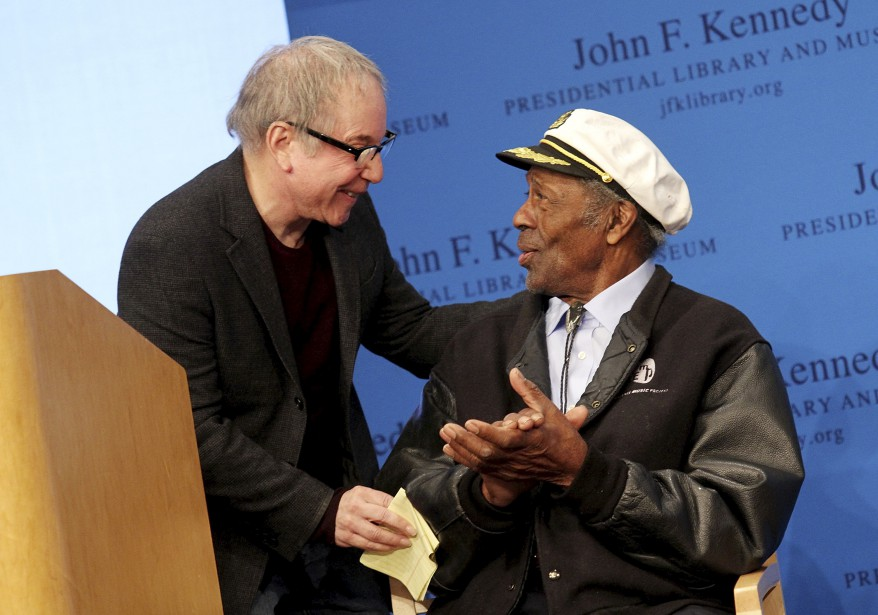 Avec le chanteur Paul Simon, à Boston, alors que M. Berry était honoré d'un prix d'excellence par le John F. Kennedy Presidential Library And Museum, le 24 février 2012. (AFP, Marc Andrew Deley)