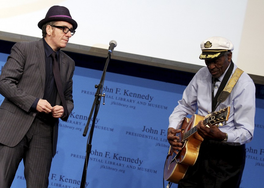 Avec le chanteur Elvis Costello, à Boston, alors que M. Berry était honoré d'un prix d'excellence par le John F. Kennedy Presidential Library And Museum, le 24 février 2012. (AFP, Marc Andrew Deley)
