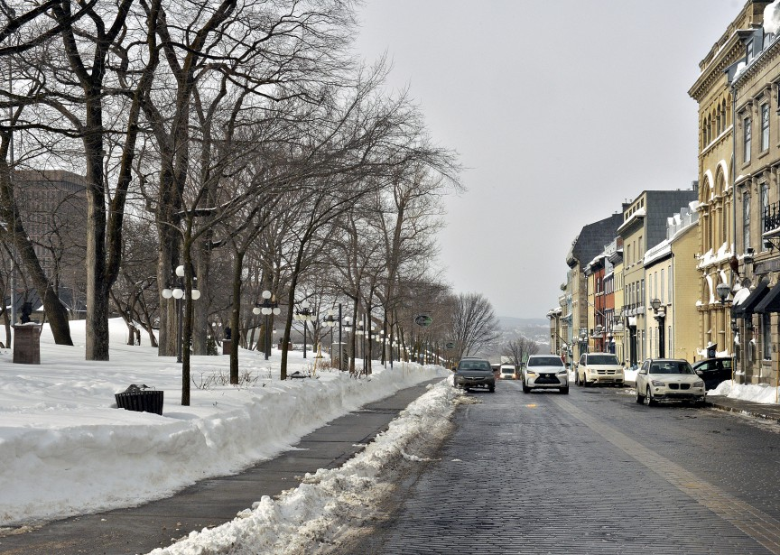 Malgré la tempête qui a frappé Québec cette semaine, la neige a rapidement fait place à l'asphalte sur la rue d'Auteuil. | 18 mars 2017