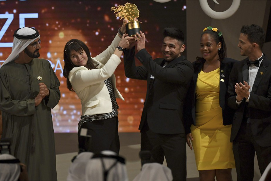 Maggie MacDonnell soulève son prix avec un de... (Photo Martin Dokupil, Associated Press)