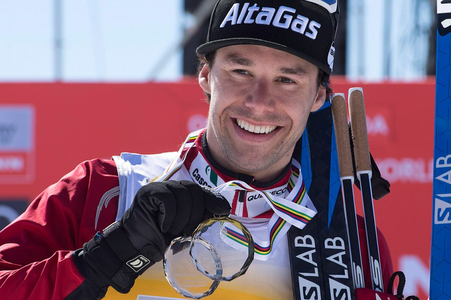 Alex Harvey pose avec sa médaille d'argent.... (PHOTO JACQUES BOISSINOT, LA PRESSE CANADIENNE)