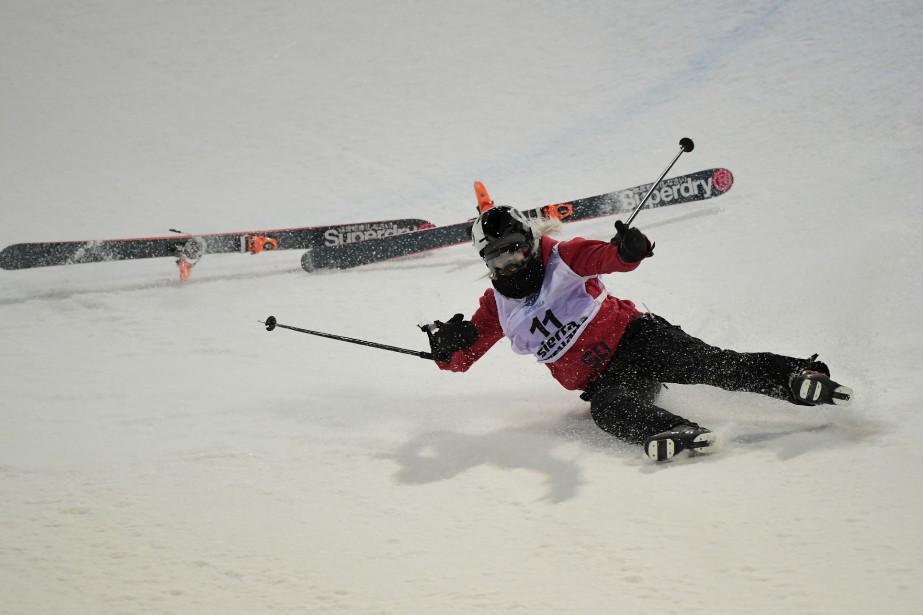 Rowan Cheshire perd ses skis pendant les championnats du monde de ski acrobatique à Sierra Nevada. | 19 mars 2017