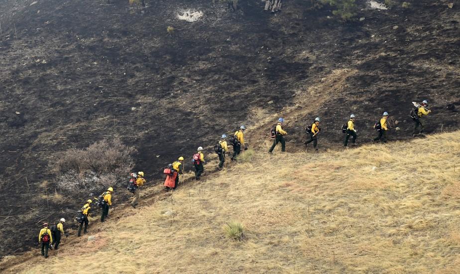 Des pompiers montent au front pour combattre les flammes à Boulder, au Colorado. | 19 mars 2017