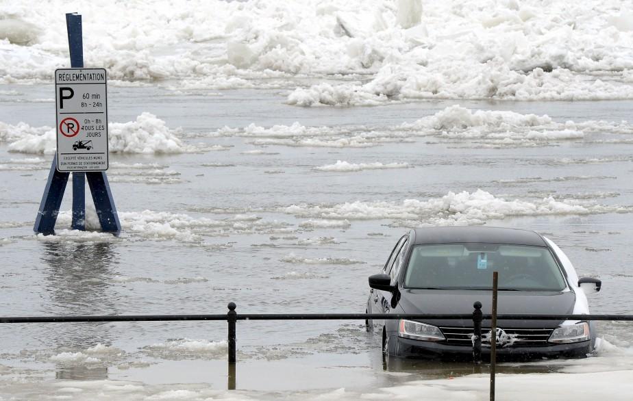 Le débordement inattendu du Saint-Laurent, dans le Vieux-Port, lors de la désormais mémorable tempête du 15 mars, a entraîné un lot de désagréments pour les citoyens du coin. Dépêché dans le secteur, le photographe Erick Labbé a capté la photo, depuis Place de Paris, de ce véhicule que son propriétaire n'aura pas eu le temps de déplacer devant la montée des eaux. Données techniques: Nikon D4. Focale200mm, ISO 800, ouverture f.11, vitesse 1/500 e seconde | 19 mars 2017