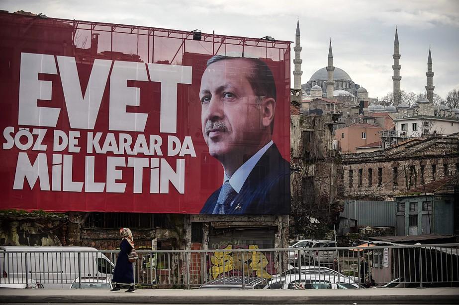Une affiche géante montrant le président turc Recep... (PHOTO YASIN AKGUL, AGENCE FRANCE-PRESSE)