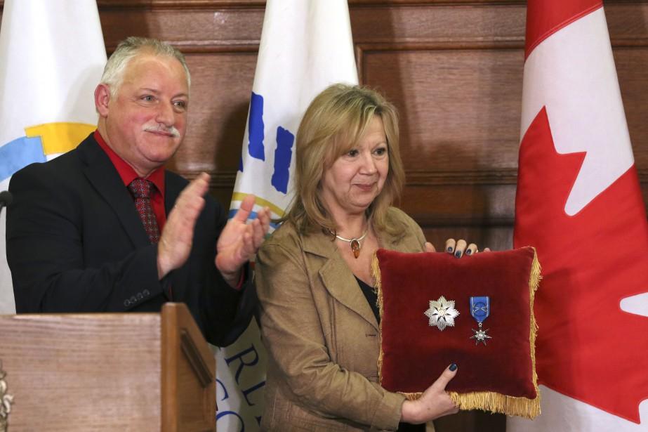 Mauril Bélanger a reçu à titre posthume le grade de Grand Officier de l'Ordre de la Pléiade. Sur la photo, sa veuve Catherine accepte le prix en son nom. | 20 mars 2017