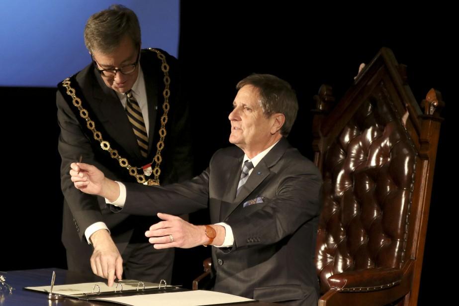 Jim Watson donne la clé de la ville à Michel Picard. | 20 mars 2017