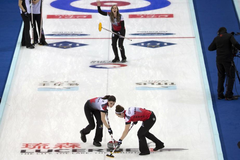 L'équipe de Rachel Homan (en haut) a défait... (Photo Ng Han Guan, AP)