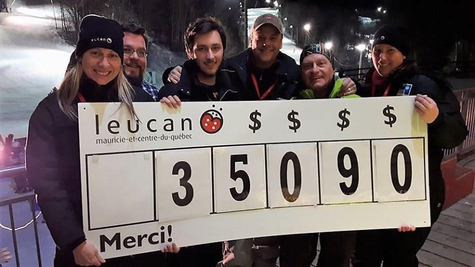 C'est avec un brin de fierté que ce groupe de meneurs affichaient le montant amassé. Dans l'ordre habituel, ANNIE BROUSSEAU (coordonnatrice régionale Leucan Mauricie et Centre-du-Québec), GUILLAUME BEAULIEU (directeur du Service à la clientèle de Vallée du parc), LUC ALLAIRE (porte-parole Leucan), PASCAL GUITÉ (ambassadeur régional de Leucan et populaire animateur d'Énergie 102,3), SERGE LAFRENIÈRE (président d'honneur) et CATHERINE GÉLINAS (agente de développement Leucan). ()