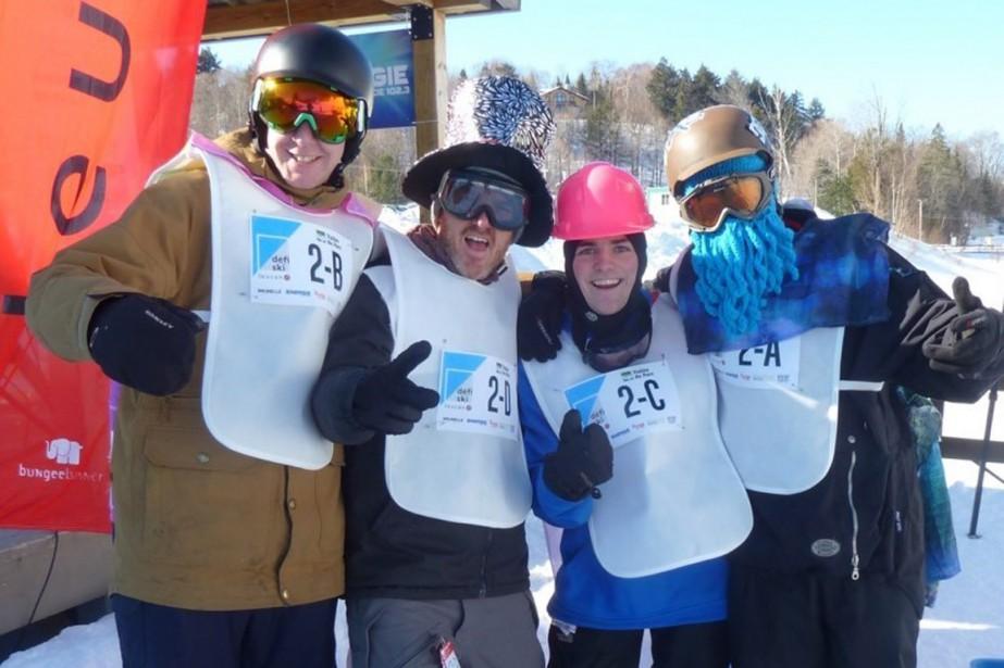 LUC ALLAIRE, porte-parole du Défi Ski Leucan 2017 (le dernier à partir de la droite), en compagnie de trois porte-couleurs de l'école secondaire Le Tremplin de Sainte-Geneviève-de-Batiscan, soit BRENDAN GROVES, MARTIN HÉBERT et FRED JACOB. ()
