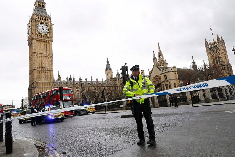Des policiers sont sur le pied d'alerte près du parlement de Westminster à Londres. (Photo Stefan Wermuth, REUTERS)