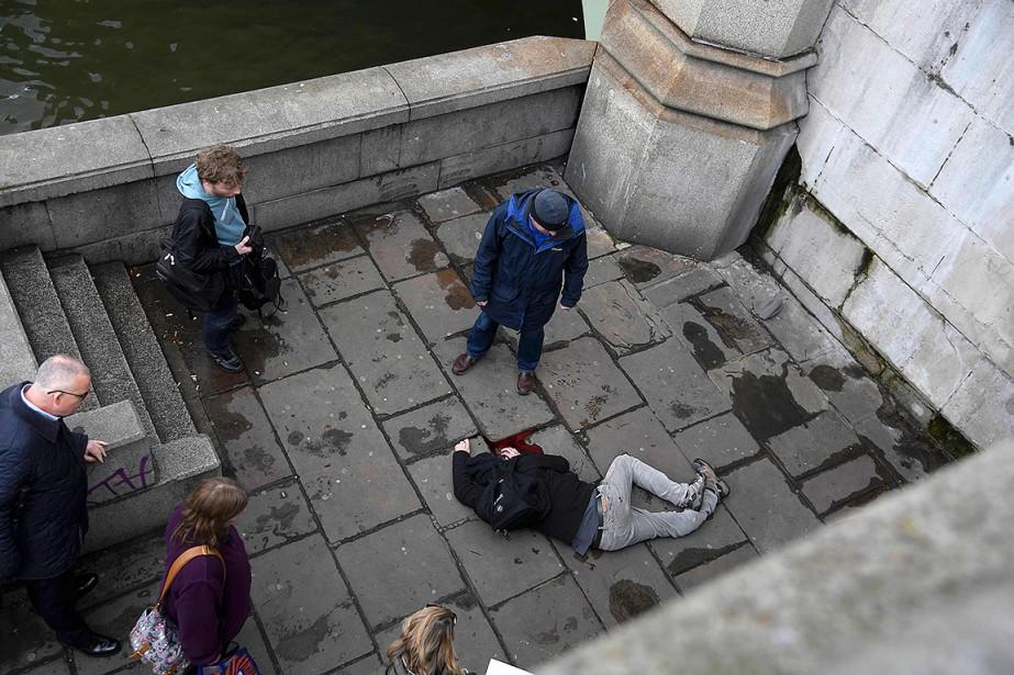 Un homme blessé est étendu sur le sol près du pont de Westminster, à Londres. (Photo Toby Melville, REUTERS)