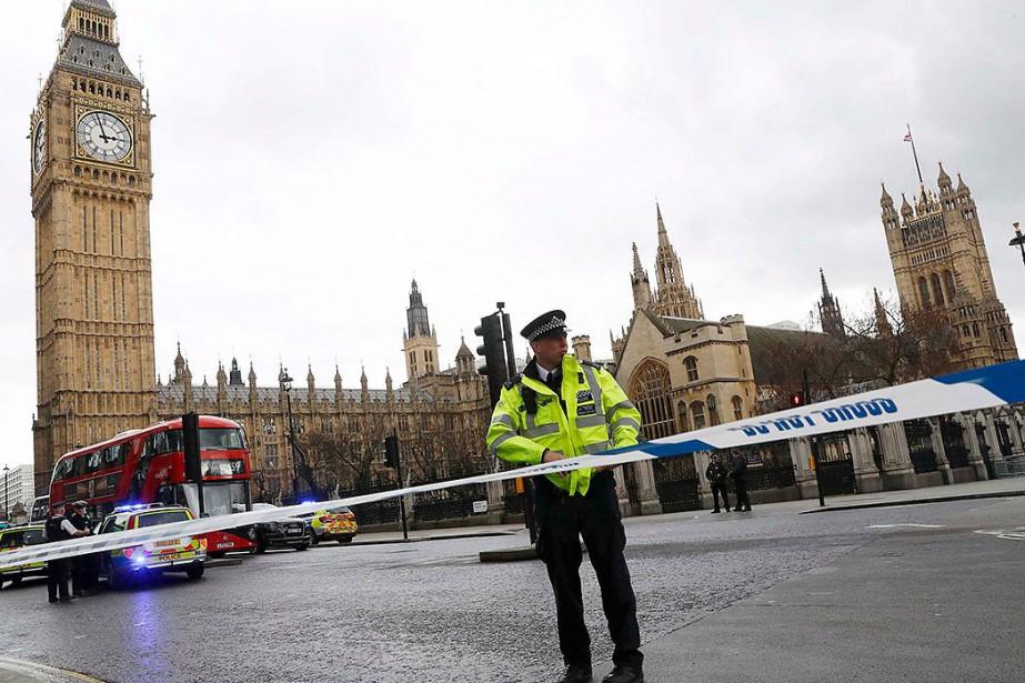 Des policiers sont sur le pied d'alerte près du parlement de Westminster à Londres. | 22 mars 2017