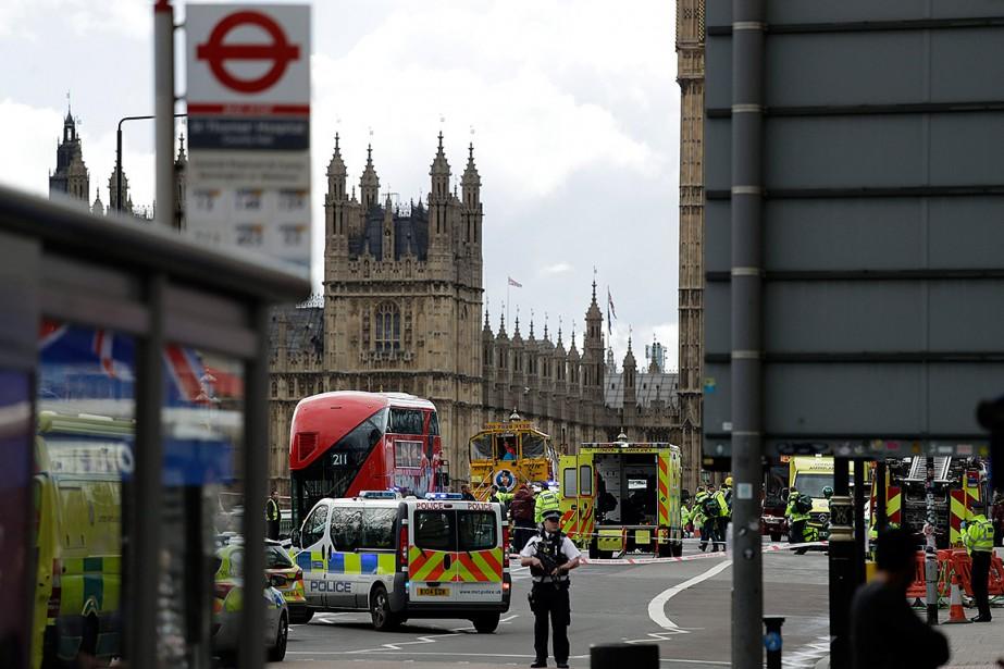 Des policiers sécurisent les alentours du palais de Westminster et du fameux pont éponyme non loin, lieu où s'est déroulé ce que les autorités considèrent comme un attentat terroriste. | 22 mars 2017