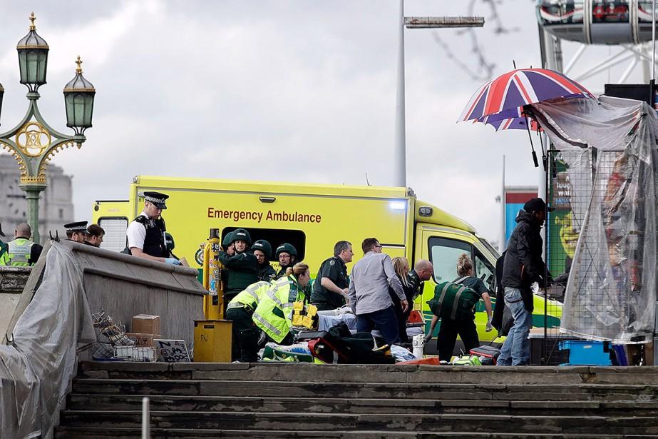 Des secouristes et ambulanciers interviennent auprès de blessés. | 22 mars 2017