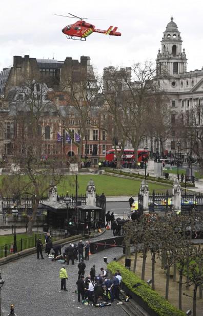Un hélicoptère ambulance survole les environs du parlement britannique. | 22 mars 2017