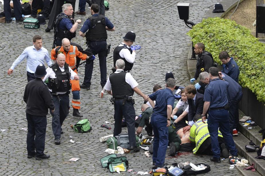 Des ambulanciers procèdent à des manoeuvres de réanimation sur une... | 2017-03-22 00:00:00.000
