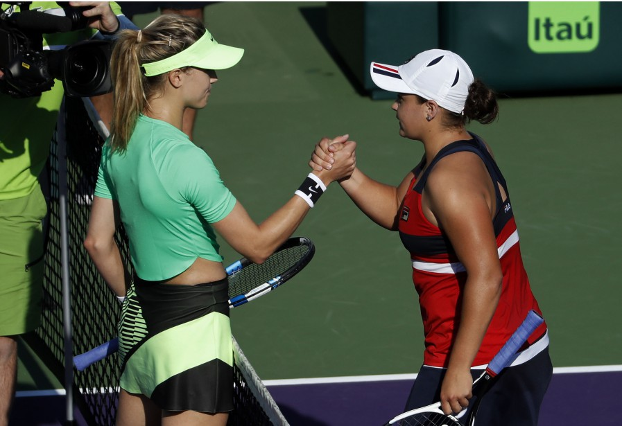 Eugenie Bouchard etAshleigh Barty se serrent la main... (PHOTO REUTERS)