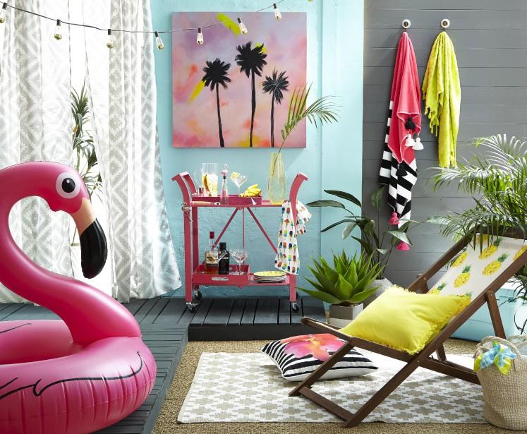 Chaise suspendue ananas, 69,99 $, chariot-bar rose pour l'extérieur, 79,99 $, flotteur flamant rose, 29,99 $, tapis d'extérieur à motifs de treillis, 99,99 $, guirlandes de lumières d'extérieur, 19,99 $, chez HomeSense (Fournie par HomeSense)