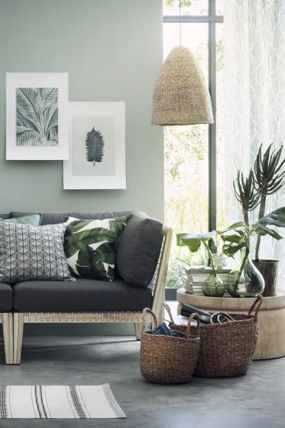 Grand vase en verre, 29,99 $, housses de coussin, entre 6,99 $ et 14,99 $, tapis, 34,99 $ en ligne sur le site de H&M Home (Tirée de www2.hm.com)