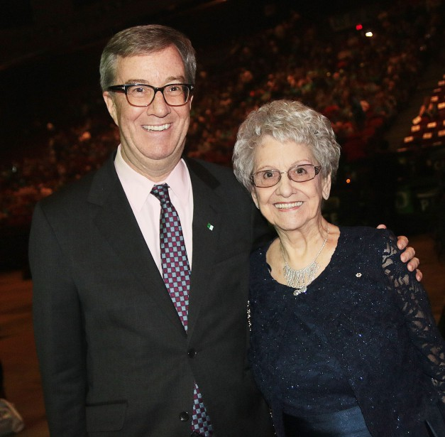 Le maire d'Ottawa, Jim Watson, avec Gisèle Lalonde.   22 mars 2017