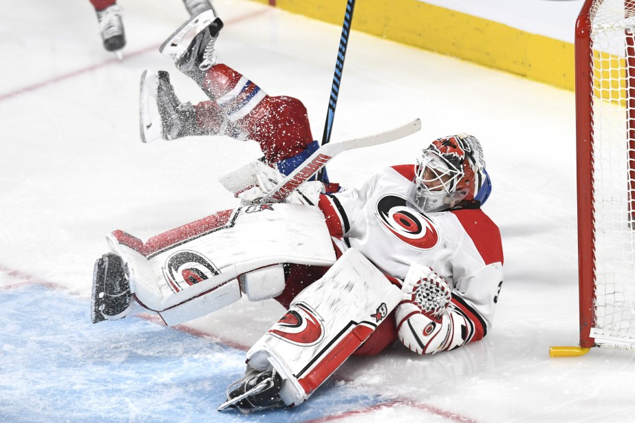 Brendan Gallagher entre en contact avec le but et le gardien Eddie Lack. (PHOTO BERNARD BRAULT, LA PRESSE)