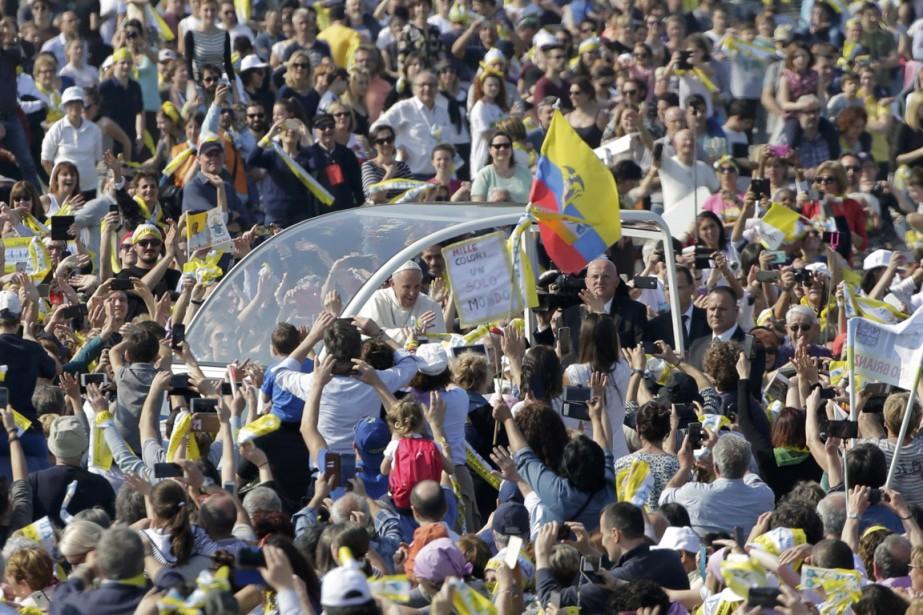 Le pape salue la foulerassemblée au parc de... (Photo Max Rossi, REUTERS)